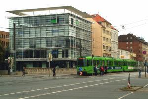 Ebenerdige_Stadtbahn-Haltestelle_Clevertor_auf_der_Goethebrücke,_Blick_vom_Leibnizufer_zum_Leine-Haus_Goethestraße_18_20